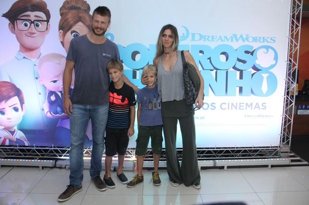 Rodrigo Hilbert e Fernanda Lima com os filhos (Foto: Wallace Barbosa/AgNews)
