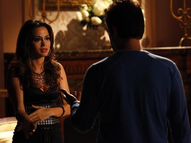 Morena pede para Mustafa comprar seu passe (Foto: Salve Jorge/TV Globo)
