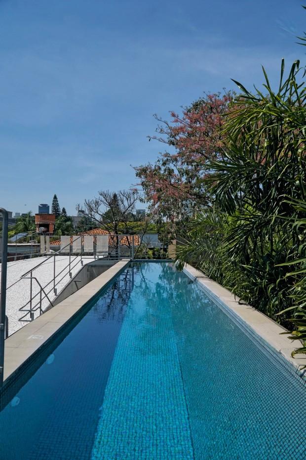 Cobertura. A piscina em formato de raia foi construída no último andar, para que recebesse sol o dia todo (Foto: Victor Affaro / Editora Globo)