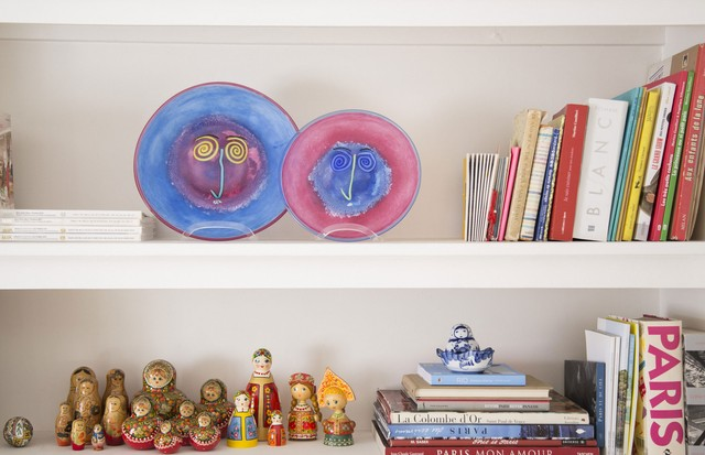 Misture os livros da estante com pratos coloridos e bonecas Matriosca (Foto:  Rafael Avancini)