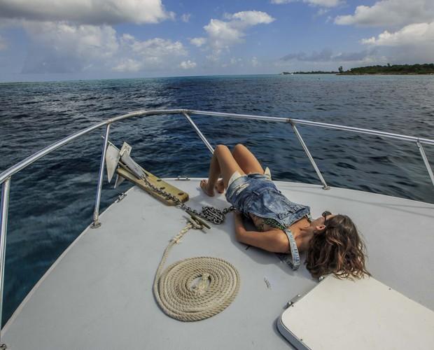 Isis Valverde relaxa no barco (Foto: Gshow)