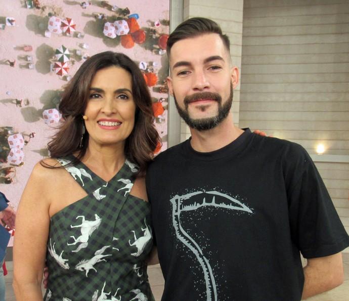 Convidado do programa tira foto com a apresentadora  (Foto: Priscilla Massena/Gshow)