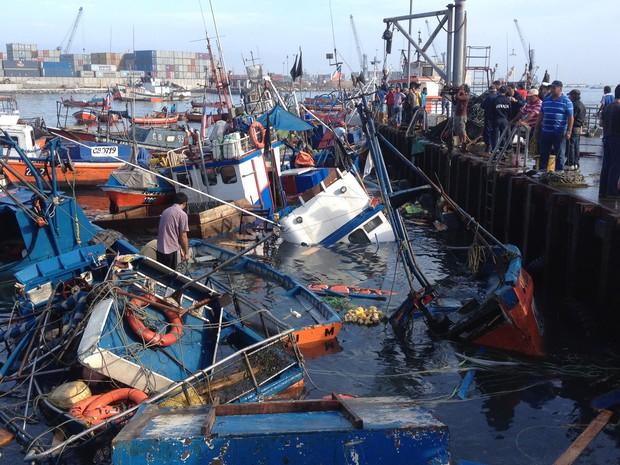 Barcos de pesca foram danificados após terremoto e tsunami em Iquique, norte do Chile (Foto: Aldo Solimano/AFP)