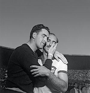 ...E NA TRISTEZA O uruguaio Roque Máspoli consola o capitão brasileiro Augusto, em 1950.  (Foto: José Medeiros/Acervo Instituto Moreira Salles)