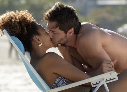 Bento vê Pedro e Paula juntos na praia e disfarça ciúme