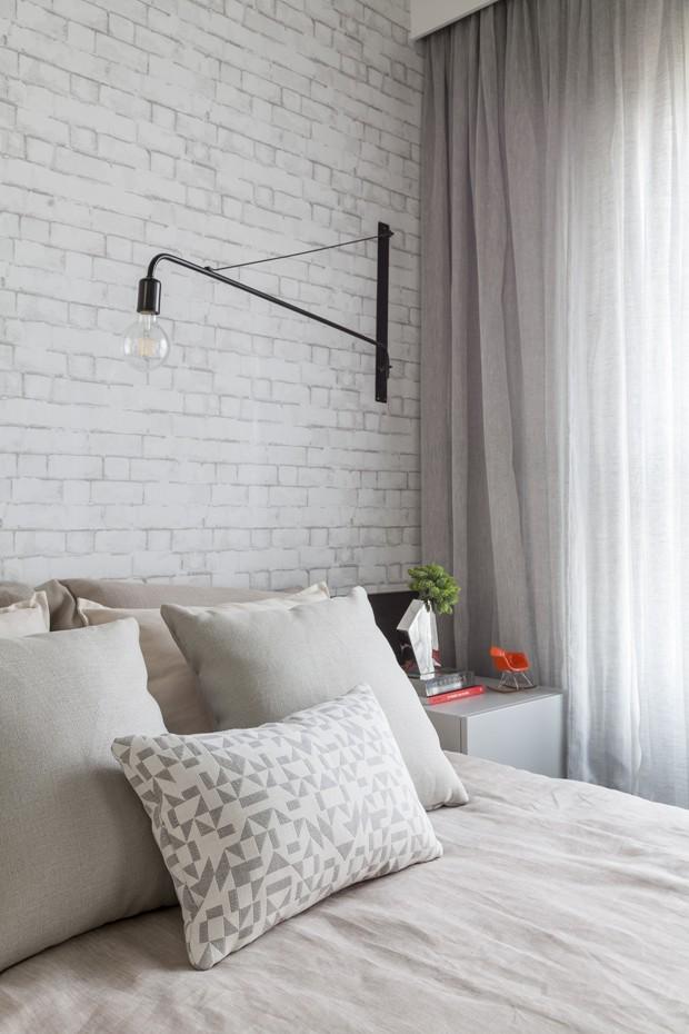 Luminária de parede preta da Marilena Gonçalves. Travesseiros feitos sob medida pela Tina SIgaud  (Foto: Julia Ribeiro/Divulgação)