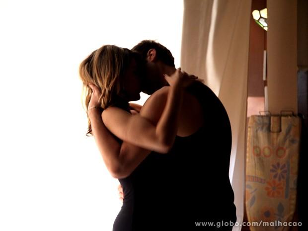 Entre tapas e beijos. Luciana parte pra cima de Omar e dá um beijão no garçom. (Foto: Malhação)