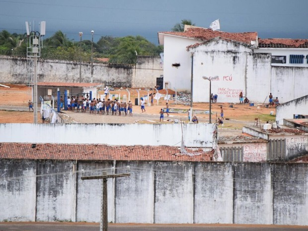 Apesar da separação feita pelo muro de contêineres, os detentos de Alcaçuz permanecem soltos pela unidade. (Foto: Fred Carvalho/G1)