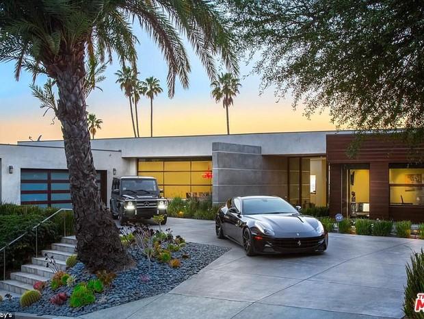 Garangem e frente da casa de Bieber (Foto: Reprodução/Sothebys)