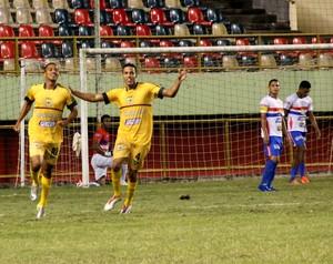 Neném e Tiago comemoram gol do Galvez contra o Plácido (Foto: João Paulo Maia)