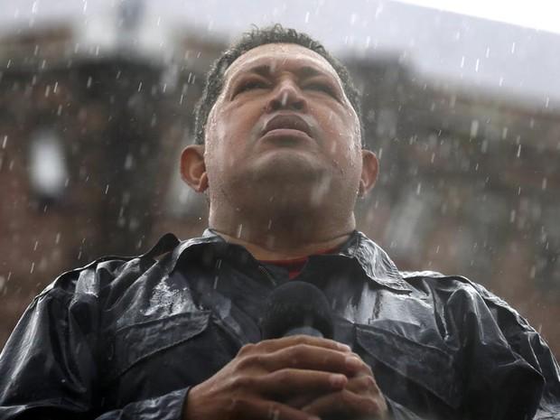O presidente da Venezuela, Hugo Chávez, fala debaixo de chuva em comício em Caracas. (Foto: Jorge Silva/Reuters)