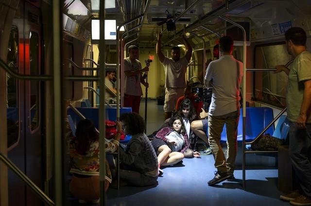 Gabriela Medvedovski, uma das protagonistas da nova 'Malhação', grava as cenas em que sua personagem dará à luz em pleno metrô (Foto: Ramon Vasconcellos/TV Globo)