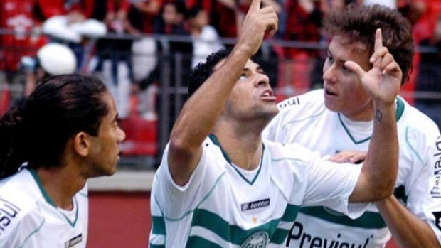 Henrique Dias comemora o gol do Coritiba em 2008 (Foto: Divulga&#231;&#227;o/site oficial do Coritiba Foot Ball Club)