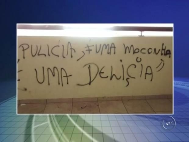 Frase pichada em uma parede da escola de Rio Preto  (Foto: Reprodução/TV TEM)