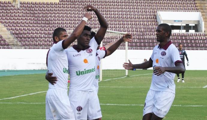 Jogadores comemoram o gol de Jonatas Obina, o segundo do jogo (Foto: Leonardo Fermiano/Site Oficial)