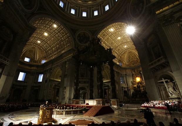 O frade capuchinho Raniero Cantalamessa prega nesta sexta-feira (29) na Basílica de São Pedro, no Vaticano (Foto: AP)