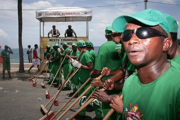 Lavagem no Circuito Barra-Ondina logo apos a passagem do Arrastao encerrando o carnaval de Salvador - BA (Foto: Lavagem no Circuito Barra-Ondina logo apos a passagem do Arrastao encerrando o carnaval de Salvador - BA)