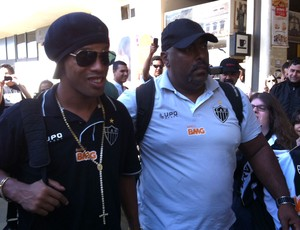 Ronaldinho embarque Atlético-MG (Foto: Fernando Martins)