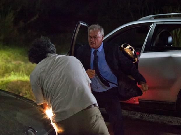 Manuel e Pedro caem na briga no meio da estrada (Foto: Fabiano Battaglin / Gshow)