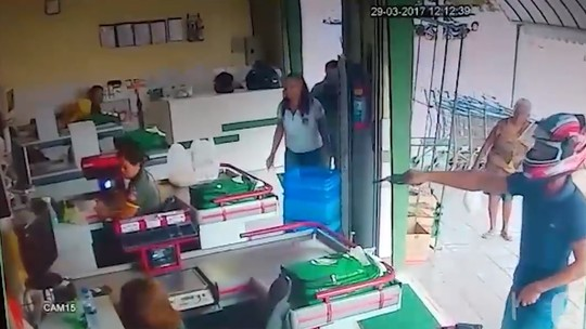 Vídeo registra ação de assaltante em supermercado na Cohab em Petrolina