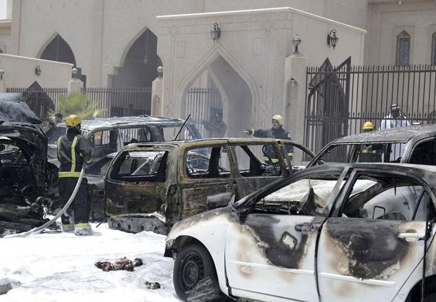 Bombeiros trabalham em local de explosão de homem-bomba em Dammam, na Arábia Saudita, nesta sexta-feira (29) (Foto: Ali Alhaji/Reuters)