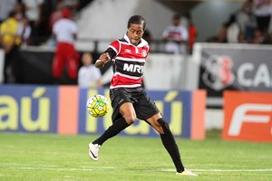 Keno Santa Cruz x Atlético-PR Série A (Foto: Marlon Costa / Pernambuco Press)