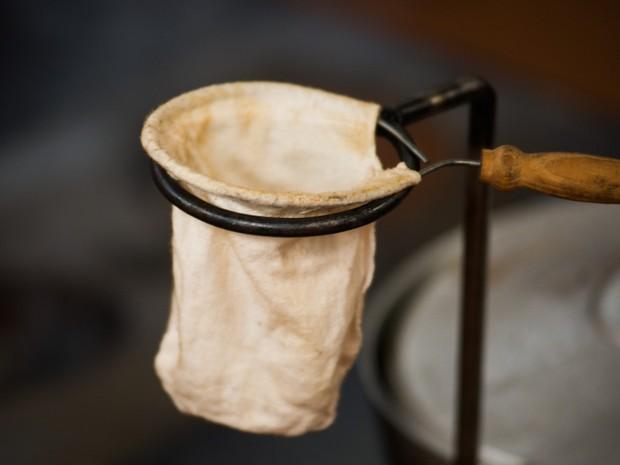 Coador de pano remete à tradição dos tropeiros para o preparo do café (Foto: Érico Andrade/G1)