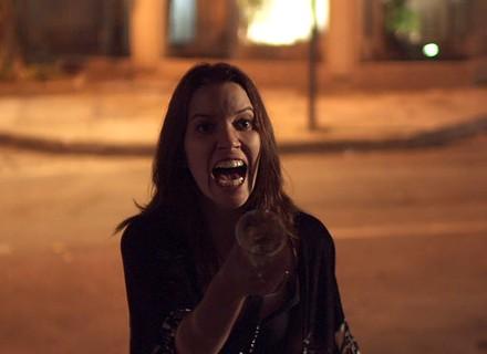 Júlia se revolta ao ver Alex com nova vítima