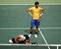 Bellucci avança após Brown torcer o pé, e Rogerinho derrota Fabbiano