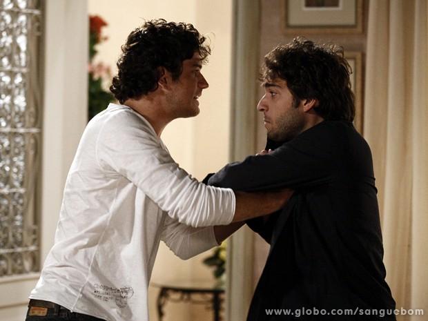 O florista fica furioso após Fabinho agredir Amora (Foto: Sangue Bom / TV Globo)