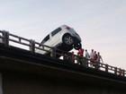 Carro fica pendurado em ponte após acidente no sul da Bahia; veja foto