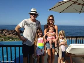 Charlie Sheen com Denise Richards e as filhas (Foto: Reprodução/Twitter)