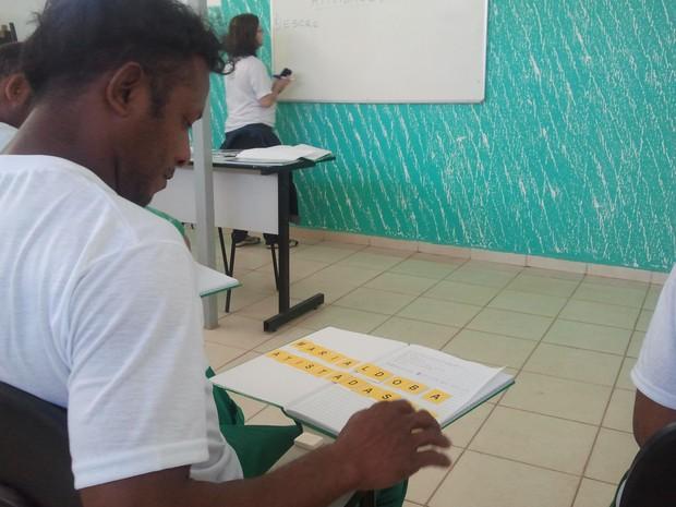Operários são alfabetizados em aulas no canteiro de obra em Taubaté (Foto: Nicole Melhado / G1)