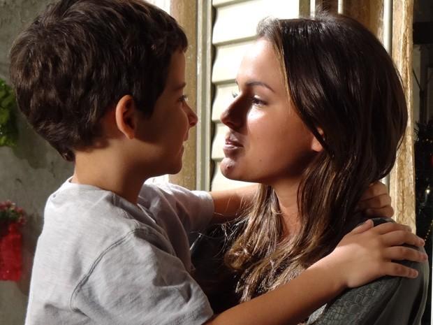 Bruna e Luizinho dão um beijo de borboleta  (Foto: Salve Jorge / TV Globo)