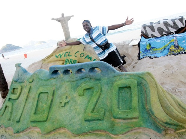Bira fez escultura de areia em homenagem &#224; Rio+20 (Foto: Rodrigo Gorosito/G1)