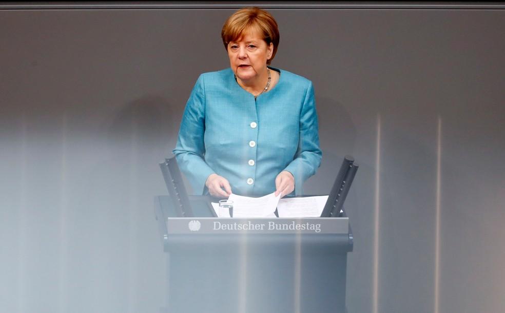 Angela Merkel, chanceler da Alemanha, discursa diante da câmara baixa do Parlamento (Foto: REUTERS/Fabrizio Bensch)