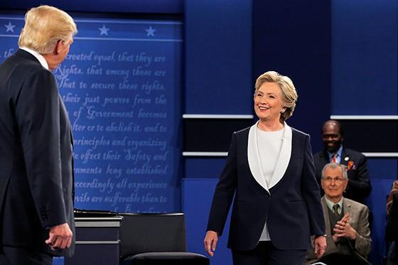 Trump confronta Hillary no segundo debate presidencial. Ela deu corda para ele se enforcar (Foto: REUTERS/Brian Snyder)