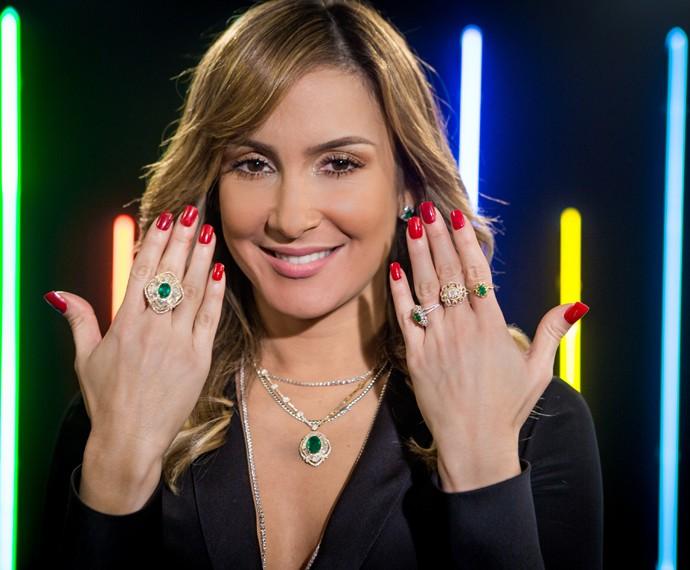 Claudia Leitte usa joias com diamantes e esmeraldas na