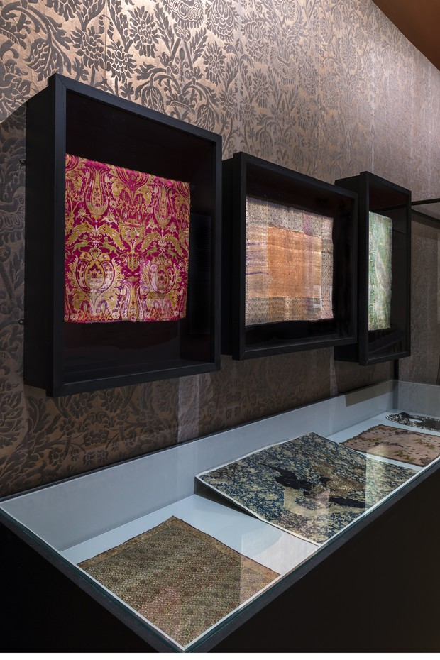 A display of fabric samples from 1912 by Mariano Fortuny (1871-1949), including his signature richly embellished and sumptuous silk velvets (Foto: COLLECTION PALAIS GALLIERA © L. DEGRÂCES ET P. LADET / GALLIERA / ROGER-VIOLLET)