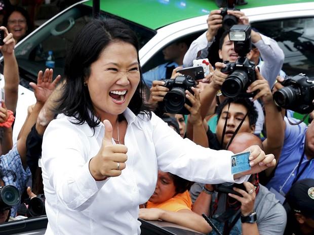 Keiko Fujimori posa após registrar seu voto na eleição em Lima, no domingo (10). Filha de Alberto Fujimori, que cumpre pena de prisão por crimes contra a humanidade e corrupção, ela disputará o 2º turno pela presidência do Peru com Pedro Pablo Kuczynski (Foto: Mariana Bazo/Reuters)