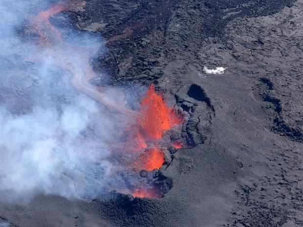 Vulcão Piton de la Fournaise foi fotografado neste domingo (12) (Foto: RICHARD BOUHET / AFP)