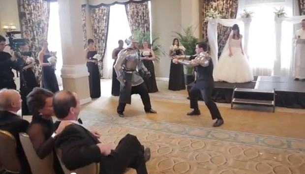 Noivo chegou a 'lutar' com cavaleiro medieval durante a cerimônia (Foto: Reprodução/YouTube/Artix Entertainment)