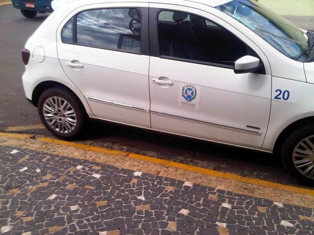 Carro oficial é flagrado estacionado em local proibido em Piracicaba (Foto: Felipe Montejano/VC no G1)