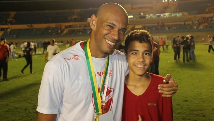 Robston comemora título do Vila Nova com o filho Eduardo (Foto: Fernando Vasconcelos / GloboEsporte.com)