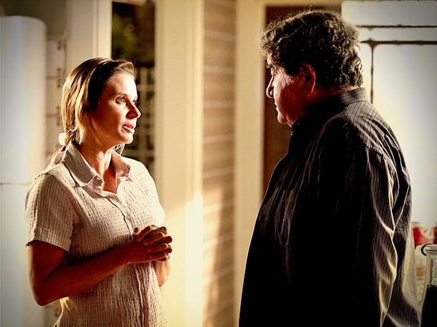Dolores exige comprimosso sério e acaba com a alegria de Diógenes (Foto: Avenida Brasil/TV Globo)