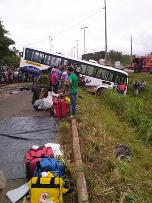 Ônibus escolar caiu no acostamento da BR-135 (Foto: Divulgação/PRF)