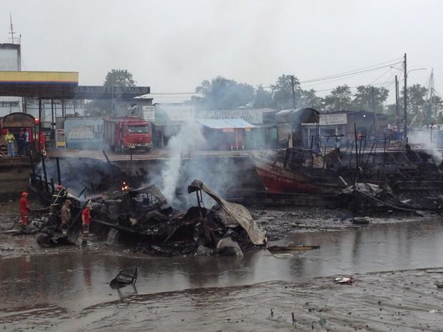 Sete embarcações foram atingidas pelo fogo (Foto: Dyepeson Martins/G1)