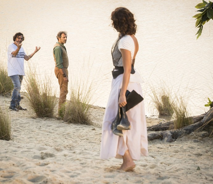 Diretor Carlos Araújo ensaia uma das cenas intensas de Tereza e Santo, personagens de Camila Pitanga e Domingos Montagner (Foto: Felipe Monteiro/ Gshow)