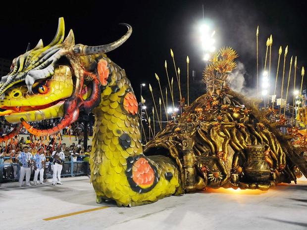 Cobra gigante compôe a comissão de frente da Beija-Flor, terceira escola a entrar na Sapucaí no desfile das campeãs do Rio. (Foto: Alexandre Durão / G1)
