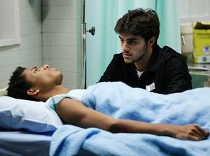 Wesley confessa a Jonatas que não sente as pernas (Foto: Pedro Carrilho / Gshow)